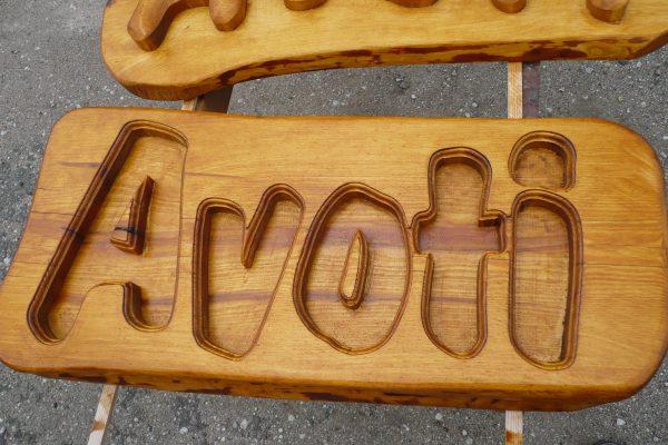 Mājas nosaukuma zīmju grebšana izgatavošana no koka SIA Kokrade